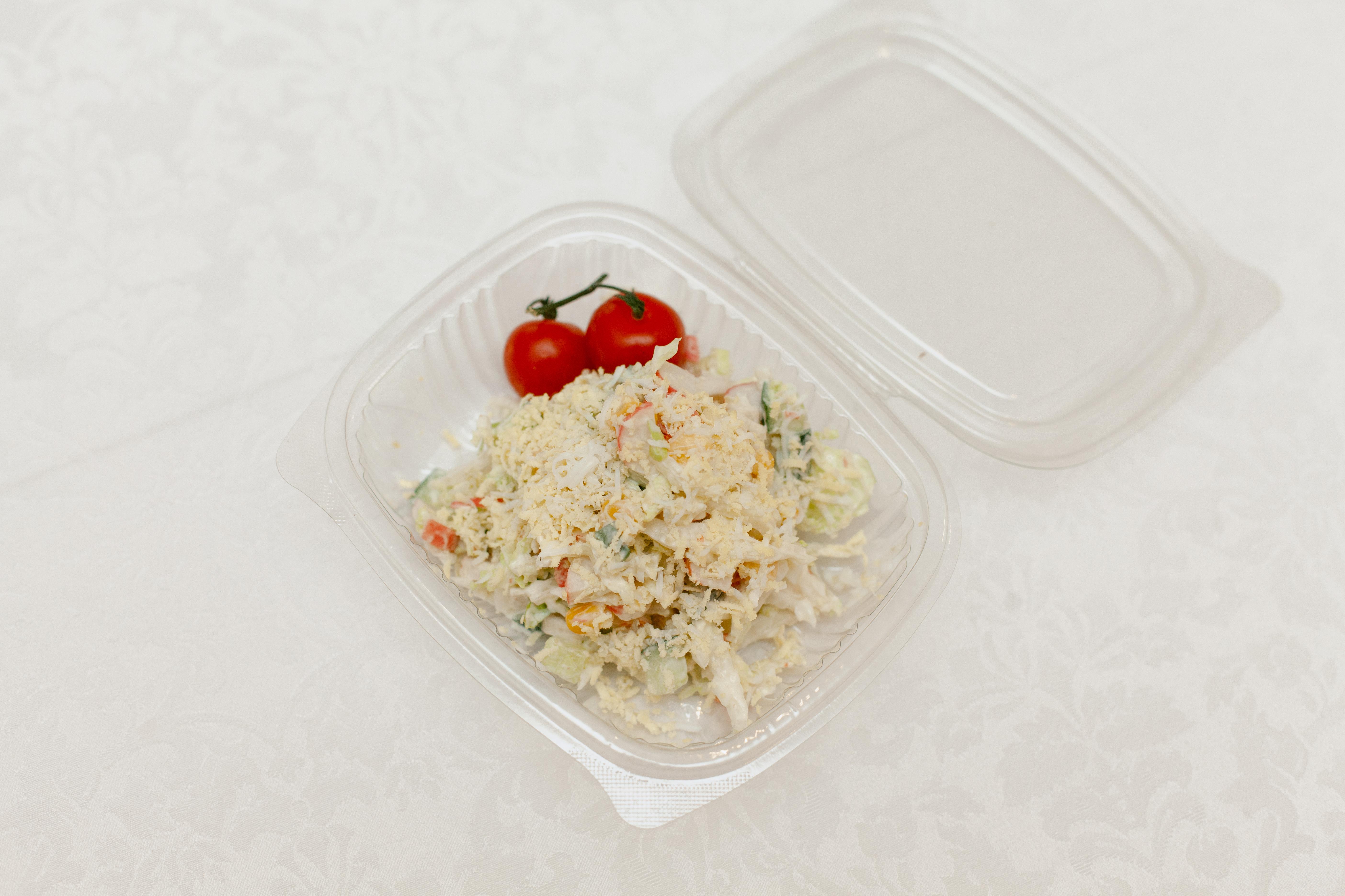 Салат со снежным крабом и свежими овощами